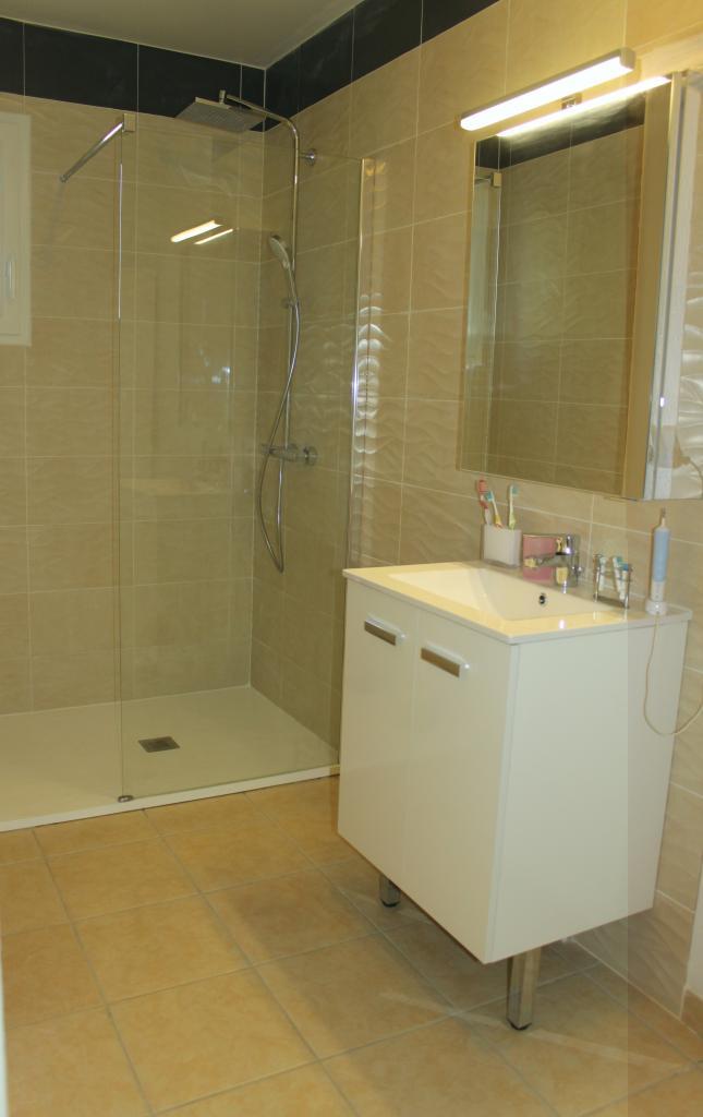 Création d'une salle de bains avec pose de carrelage et faïence