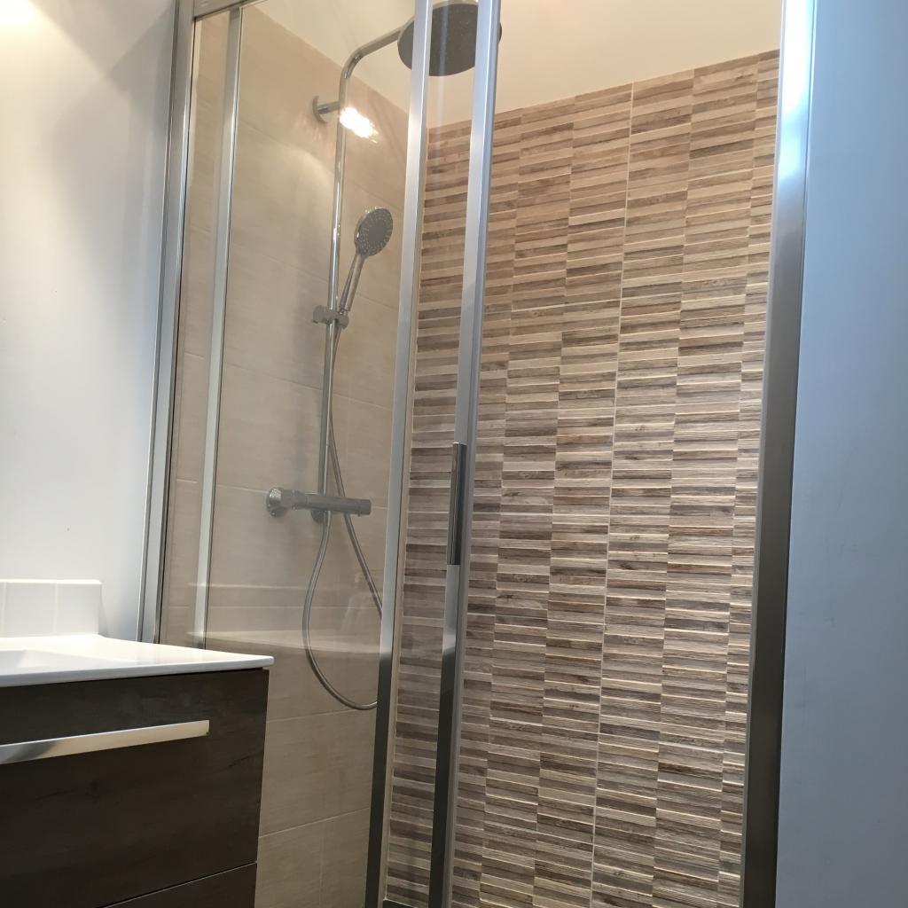 Réalisation d'une salle de bain avec pose de carrelage et faïence